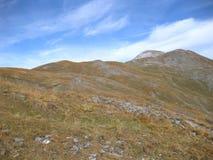 Färgade berg i de schweiziska fjällängarna på en solig dag i höst arkivfoto