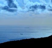 Färgade blått avbildar på gryning på kusten Royaltyfria Bilder