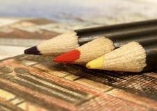 färgade blyertspennor stock illustrationer