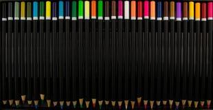färgade blyertspennor Färga ritar isolerat på svart bakgrund close upp färgrik blyertspenna kulöra blyertspennor för sortimentbak royaltyfri bild