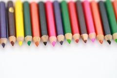 Färgade blyertspennor för skolatillförsel i rad, isolerat Royaltyfria Bilder