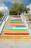 Färgade blyertspennor målade på trappa i Poznan, Polen Arkivbilder