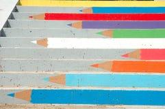 Färgade blyertspennor målade på trappa i Poznan, Polen Arkivfoton