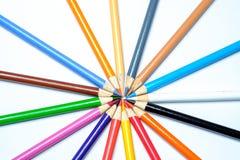Färgade blyertspennor på en vit bakgrund Royaltyfri Fotografi