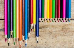 Färgade blyertspennor på trä Fotografering för Bildbyråer