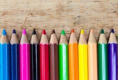 Färgade blyertspennor på trä Royaltyfri Foto