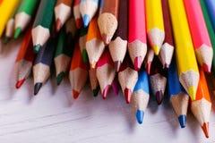 Färgade blyertspennor, skolatillförsel för att dra, modell, kopieringsutrymme arkivbild
