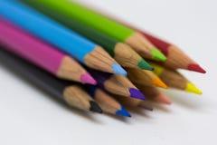 Färgade blyertspennor som tillsammans buntas arkivfoton