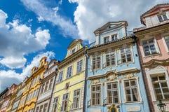 Färgade byggnader för briljant i Prague Royaltyfria Foton