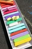 färgade chalks Färgrika kritapastell - utbildning, konster som är idérika, tillbaka till skolan Pastellfärgad kritabakgrund för f Arkivbilder