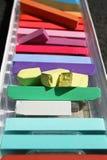 färgade chalks Färgrika kritapastell - utbildning, konster som är idérika, tillbaka till skolan Pastellfärgad kritabakgrund för f Royaltyfri Bild