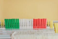 Färgade clothespines som är röda som är gröna och som är vita Royaltyfri Fotografi