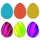 Färgade den ljusa uppsättningen för påsken av sex ägg av olika färger på en vit bakgrund