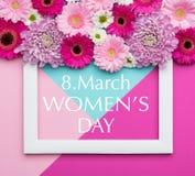 Färgade den pastellfärgade godisen för den lyckliga dagen för kvinna` s bakgrund Kort för hälsning för blom- kvinnors daglägenhet Royaltyfri Foto
