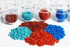 färgade exponeringsglas granulate det plastic provet Royaltyfri Foto