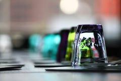 Färgade exponeringsglas i en restaurang Arkivbilder