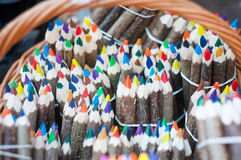 Färgade färgpennor i en korg Fotografering för Bildbyråer
