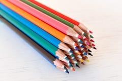 Färgade färgpennor på en vit bakgrund Royaltyfri Fotografi