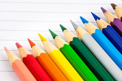 Färgade färgpennor på ett ark av papper Royaltyfria Bilder