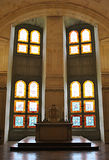 Färgade fönster i en kyrka Royaltyfri Fotografi