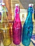färgade flaskor Arkivbilder