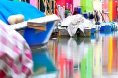 Färgade hus som reflekterar i vatten på Burano, i Venedig laguna, Italien royaltyfria bilder