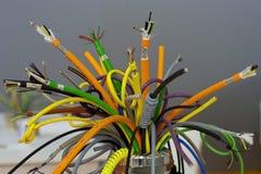 Färgade industriella kablar Arkivbild