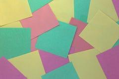 Färgade klistermärkear med tomt utrymme, abstrakt geometrisk bakgrund med fyrkanter arkivbilder