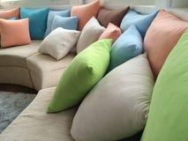 Färgade kuddar på en soffa royaltyfri fotografi