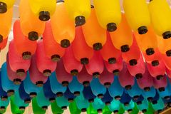 Färgade lyktor som hänger från ett tak royaltyfri bild