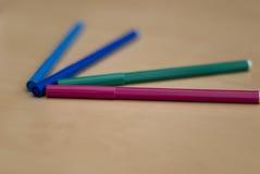 färgade många pennor arkivbild