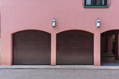 Färgade rosa färger inhyser med garaget för två bil Arkivfoto