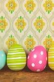 Färgade stora easter ägg på en trätabell royaltyfri bild