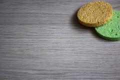 Färgade svampar bort för framsidan tar wash för makeup arkivbild