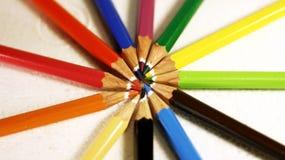Färgade träblyertspennor ordnade i formen av strålar royaltyfri foto