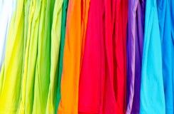 Variation av flera färgrika t-skjortor Royaltyfri Foto