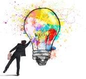 Färgar en lightbulb arkivfoton