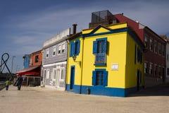 Färgar fasader Aveiro Portugal Arkivbilder