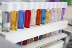 Färgar flaskor Arkivbild