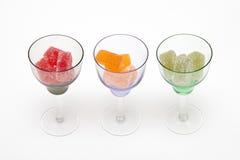 Färgar marmelad i vinglas på vita bakgrunder Arkivfoto