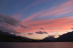 Färgband i himmel över sjön Wakatipu Royaltyfria Foton