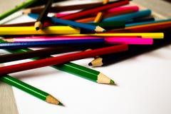 färgblyertspenna i en röra Arkivbild