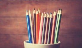 Färgblyertspenna i koppen arkivbilder