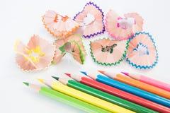 Färgblyertspenna och hyvelspån royaltyfri fotografi