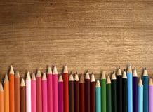 Färgblyertspenna på den wood tabellen Royaltyfria Foton