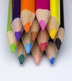 Färgblyertspenna på vit bakgrund Arkivfoton