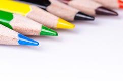Färgblyertspenna som isoleras på en vit bakgrund Linjer av blyertspennor books isolerat gammalt för begrepp utbildning Massor av  Arkivbild