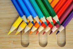 Färgblyertspennasammansättning på träbakgrund Arkivbild