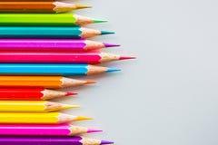 Färgblyertspennor över det vita bakgrundsslutet upp Arkivbild