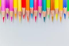 Färgblyertspennor över det vita bakgrundsslutet upp Royaltyfria Foton